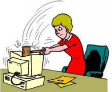 Vrouw slaat computerscherm met bijl